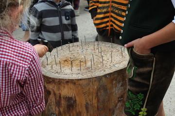 Nägel einschlagen - Kinder trainieren Geschicklichkeit und Schlagkraft
