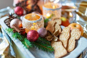 schön geschmückter Teller mit Weihnachtsgebäck