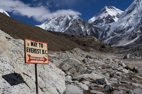 Wegweiser zum Everest Basecamp im nepalesischen Himalaja