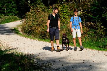 Wanderung mit Papa, Sohn und Hund