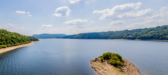 Panorama sur le lac de bort depuis une tour du Château de Val
