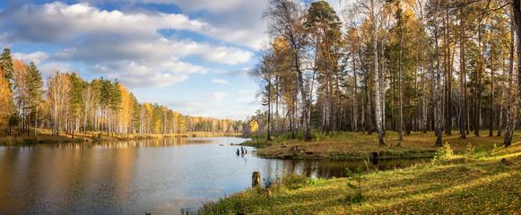 панорама осеннего пейзажа на озере с березовым лесом на берегу, Россия, Урал, сентябрь