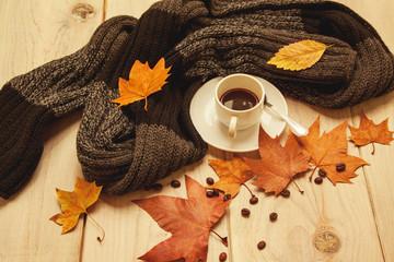 Café caliente con hojas de árbol en otoño