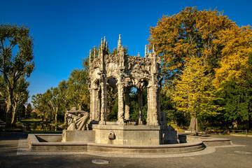 Der restaurierte Märchenbrunnen aus den 1910er Jahren im herbstlichen von-der-Schulenburg-Park in Berlin-Neukölln