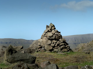 Färöer Inseln - Steinmännchen - Warnzeichen auf dem Wanderpfad.