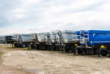 Baustelle mit vielen LKW, Muldenkipper, Wannenkipper, Transport