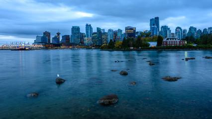 Skyline von Vancouver an einem wolkigen Herbstmorgen