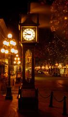Dampfende Steam Clock in Vancouver im Bezirk Gastown am Abend