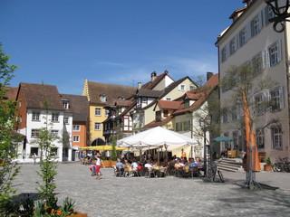 Straßencafés mit Sonnenschirmen auf dem Schloßlatz in Meersburg