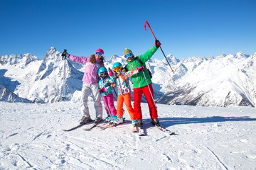Poster Winter sports family in alpin ski resort