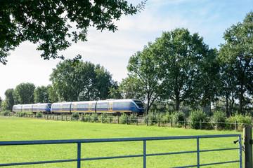 Personenzug im vorbeifahren. Standort: Deutschland, Nordrhein-Westfalen, Marbeck