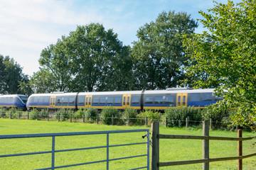 Regionalbahn im vorbeifahren. Standort: Deutschland, Nordrhein-Westfalen, Marbeck