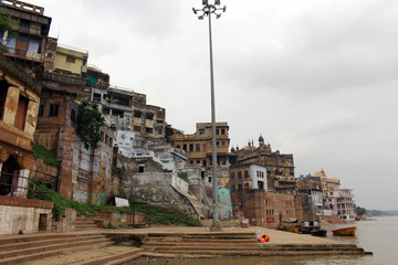 Translation: The scenery of Varanasi's ghats by the Ganges