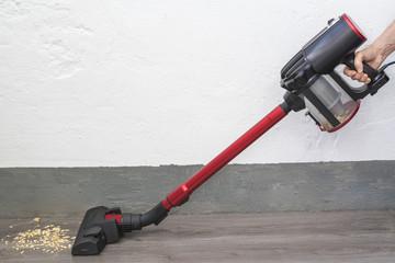 Aspiradora de mano vertical succiona la suciedad del piso del garaje