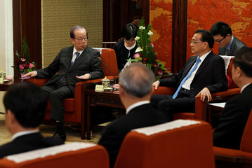 Former Japanese Prime Minister Yasuo Fukuda, left back, meets with Chinese Premier Li Keqiang, right back, at the Zhongnanhai leadership compound in Beijing