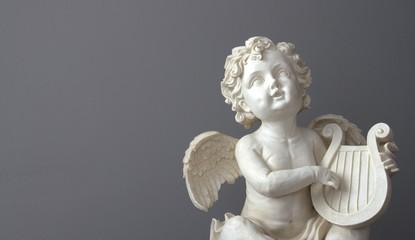 ange blanc sur fond gris