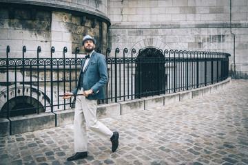 Homme style retro au chapeau et à la canne marchant dans les rue de Montmartre, Paris, France