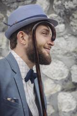 Portrait d'un homme à barbe au chapeau et à la canne