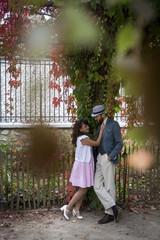 Amoureux dans un square à Montmartre, Paris, France
