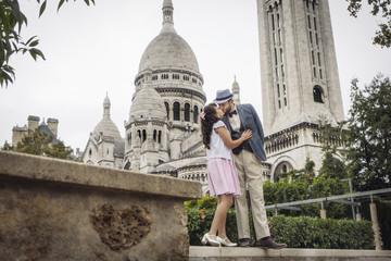 Amoureux devant le sacré coeur à Montmartre, Paris, France