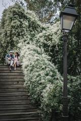 Amoureux sur un escalier à Montmartre, Paris, France