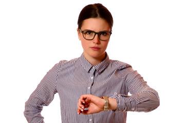 Junge Frau schaut auf die Uhr