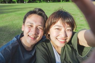 自分たちの記念写真を撮るカップル
