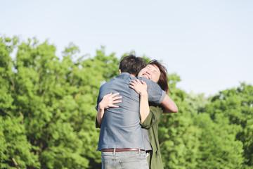 愛情いっぱいで抱き合うカップル
