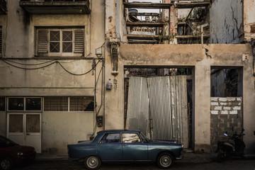 キューバ・ハバナの旧市街の町並みとヴィンテージカー