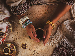 Stores à enrouleur Style Boho Beautiful female hands holding a cup of coffee. Photo in oriental style. Jewelry boho.