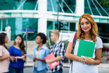 Sympathische Studentin vor der Universität