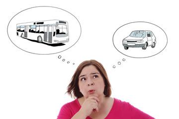 femme réfléchissant entre le bus ou la voiture