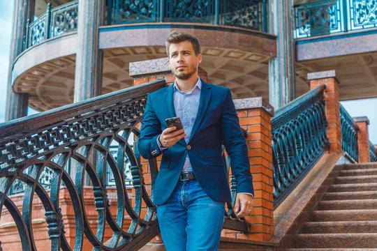 бизнесмен с телефоном в городе