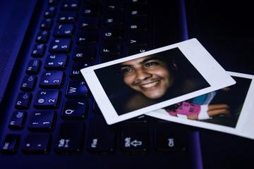 teclado com foto em cima de homem e uma menina
