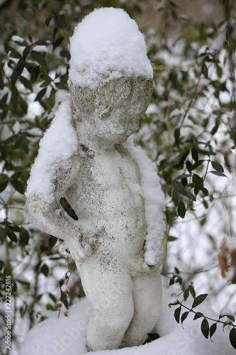 Steinfiguren Schneebedeckt Im Garten Stock Photo And Royalty Free