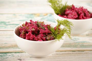 салат из свеклы свежий стоит на столе