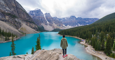 A man stand and looking a scenic view of Moraine Lake Fototapete