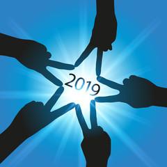 Carte de vœux 2019, avec cinq mains qui forment une étoile, symbole de l'union et du partenariat, pour atteindre les objectifs de la nouvelle année