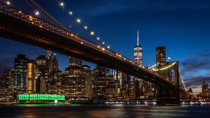 Brooklyn Bridge mit Manhattan Skyline in Dämmerung
