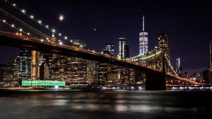 Brooklyn Bridge in New York mit Manhattan Skyline bei Nacht