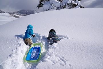雪山で遊ぶ子供たち