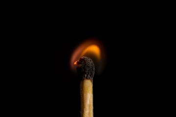 cerilla encendida en fondo negro