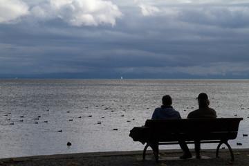 Zwei Männer auf einer Sitzbank am Bodensee