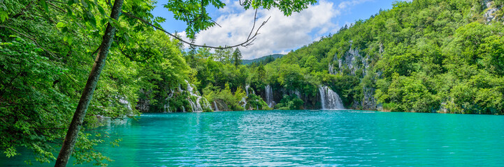 Türaufkleber Forest river PLITVICE NATIONAL PARK, CROATIA - JUNE 8, 2018: Tourist group by the lake in the Plitvice Lakes National Park.