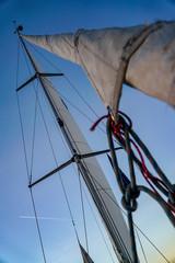 Takelage und Mast einer Segelyacht