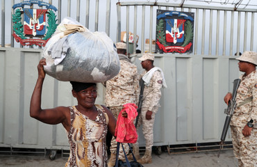 A Haitian woman crosses the border to market her products in Dajabon