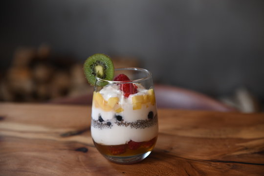 Yogurt fruit parfait