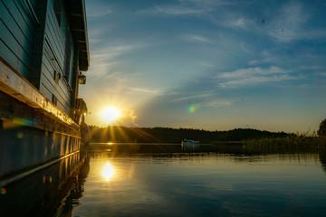 Sonnenuntergang auf einem Hausboot