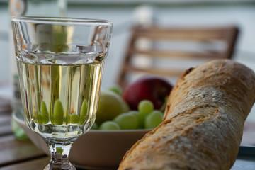 Abendessen mit Wein, Baguette und Trauben
