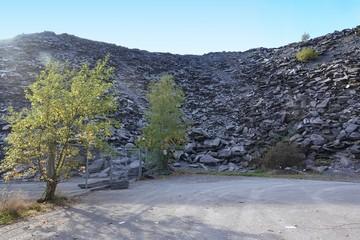 Große Schiefer-Abraum-Halde im Sauerland